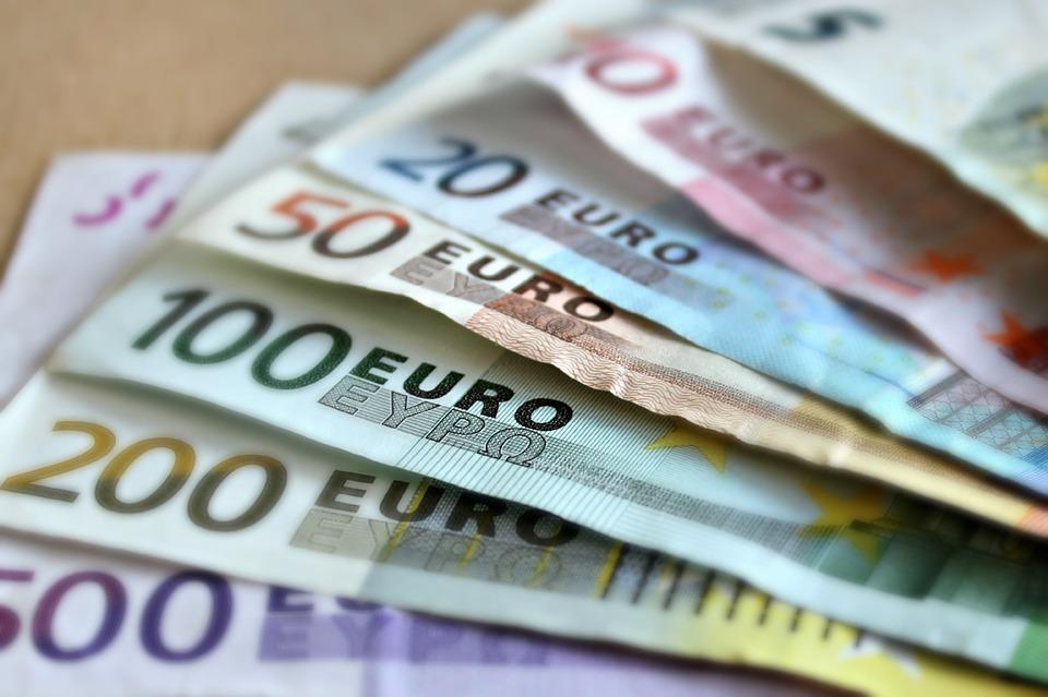 bank-note-209104_960_720 Visto de residência para quem quer viver de rendimentos em Portugal