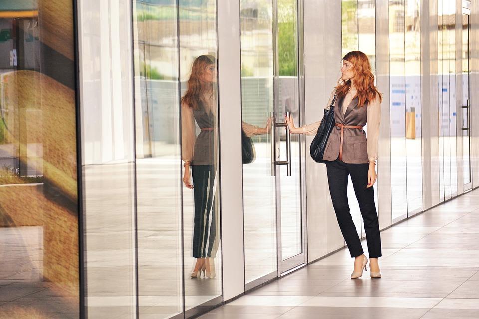 business-woman-opening-door-1997286_960_720 Visto de Trabalho no Brasil: recentes alterações