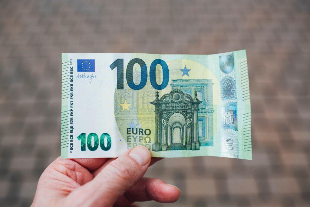euro-is-one-of-higher-value-3671148-1024x683 Aposentados brasileiros em Portugal: saiba tudo sobre a cobrança dos 25% de IR
